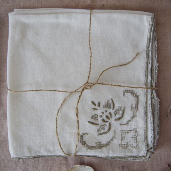 CREAM LINEN NAPKIN WITH FLOWER MOTIF SET OF 3 - Fine Art Design Studio